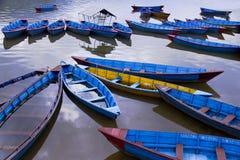 Alte hölzerne Boote auf ruhigem Wasser Lizenzfreie Stockfotos