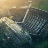 Alte hölzerne Boote auf Ufer Stockbilder