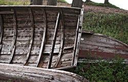 Alte hölzerne Boote auf Ufer Stockbild