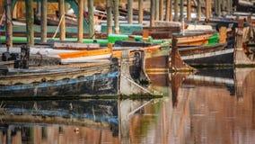 Alte hölzerne Boote im Pier Stockfotos
