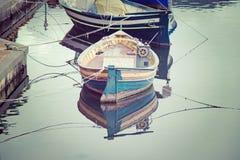Alte hölzerne Boote im Weinleseton Stockfoto