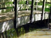 Alte hölzerne Brücke über Fluss Lizenzfreie Stockbilder