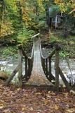 Alte hölzerne Brücke über Strom Stockfoto
