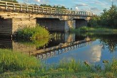Alte hölzerne Brücke am Sonnenuntergang Lizenzfreies Stockfoto