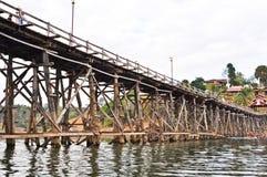 Alte hölzerne Brücke und bewölkt Lizenzfreie Stockfotos