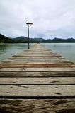 Alte hölzerne Brücke zum Meer lizenzfreie stockfotografie