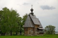 Alte hölzerne christliche Kirche auf einem Hügel Lizenzfreie Stockfotografie