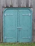 Alte hölzerne doppelte blaue Türen Stockfotografie