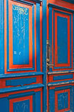 Alte hölzerne doppelte blaue und rote Türen Stockbild