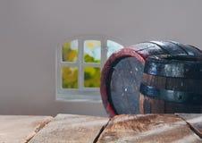 Alte hölzerne Eichenbier- oder -weinfässer Lizenzfreies Stockfoto