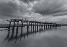 Alte hölzerne Eisenbahnbrücke stockbild