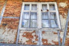 Alte hölzerne Fenster auf Backsteinmauer Stockfoto