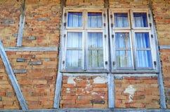Alte hölzerne Fenster auf Backsteinmauer Lizenzfreie Stockbilder