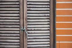 Alte hölzerne Fenster auf Backsteinmauer Lizenzfreies Stockbild