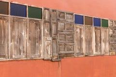 Alte hölzerne Fenster verzierten viele Arten Lizenzfreie Stockfotos