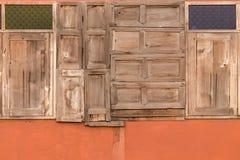 Alte hölzerne Fenster in vielen Formen Lizenzfreie Stockfotografie