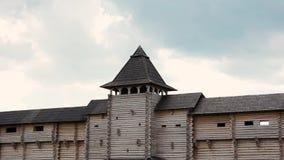 Alte hölzerne Festung und wolkenloser Himmel stock footage