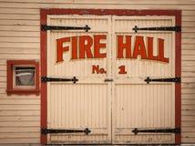 Alte hölzerne Feuer-Hall-Tür in der Geisterstadt von Sandon, BC Stockfotografie