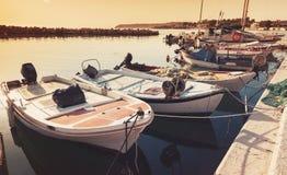 Alte hölzerne Fischerboote machten in der Bucht von Tsilivi fest Stockfotografie