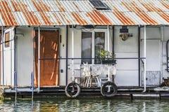 Alte hölzerne Floss-Hütte auf Sava River, Belgrad, Serbi Lizenzfreies Stockfoto
