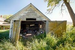 Alte hölzerne Garage mit breiter Last unterzeichnen herein sie Lizenzfreie Stockfotografie