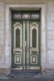 Alte hölzerne gemalte grüne Türen auf Straße Stockfotografie