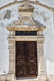 Alte hölzerne geschnitzte Tür mit Stuck Lizenzfreie Stockfotografie