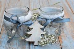 Alte hölzerne graue Regale mit hölzerner Dekoration der grauen weißen Weihnacht Stockfoto