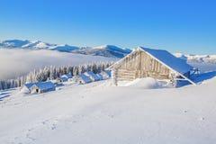 Alte hölzerne Hütte bedeckt durch Schnee Lizenzfreies Stockbild