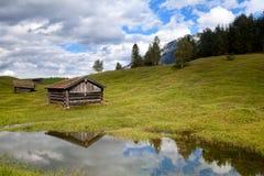 Alte hölzerne Hütte durch See in den Alpen Stockfotos