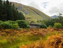 Alte hölzerne Hütte in Glen Etive, Glen Coe-Region in den schottischen Hochländern stockfotografie