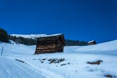 Alte hölzerne Hütten und schneebedeckte Berge in der Skiort Serfaus FI Lizenzfreie Stockfotografie