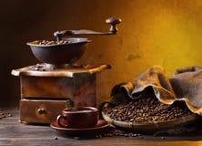 Alte hölzerne Kaffeemühle- und Röstkaffeebohnen Lizenzfreies Stockfoto