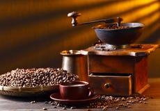 Alte hölzerne Kaffeemühle- und Röstkaffeebohnen Stockfotografie