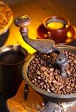Alte hölzerne Kaffeemühle- und Röstkaffeebohnen Lizenzfreies Stockbild