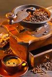 Alte hölzerne Kaffeemühle- und Röstkaffeebohnen Stockfoto