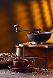 Alte hölzerne Kaffeemühle- und Röstkaffeebohnen Lizenzfreie Stockbilder