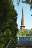 Alte hölzerne Kirche gesehen von IOR-Park Stockfotografie