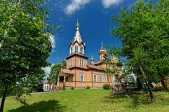 Alte hölzerne Kirche im Osten von Polen An den Spitzengoldhauben und -kreuz Lizenzfreie Stockfotos