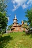 Alte hölzerne Kirche im Osten von Polen An den Spitzengoldhauben und -kreuz Lizenzfreies Stockbild