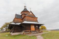 Alte hölzerne Kirche im ukrainischen Dorf Lizenzfreie Stockbilder