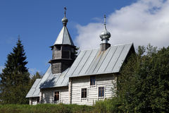 Alte hölzerne Kirche im Wald Stockfotografie