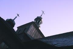 Alte hölzerne Kirche mit den Kreuzen auf den Hauben gegen das clea stockfoto