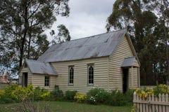 Alte hölzerne Kirche mit Garten Stockfoto