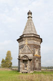 Alte hölzerne Kirche nahe Kargopol, Russland Stockfotos