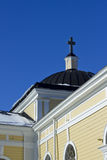 Alte hölzerne Kirche und blauer Himmel Stockfoto