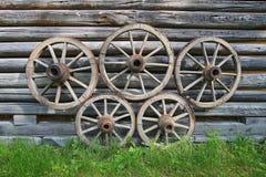 Alte hölzerne Lastwagenräder stockbilder