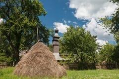 Alte hölzerne Lemk-Kirche gegen einen hellen blauen Himmel mit Wolken Stockfotos