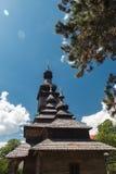 Alte hölzerne Lemk-Kirche gegen einen hellen blauen Himmel mit Wolken Stockbild