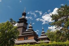 Alte hölzerne Lemk-Kirche gegen einen hellen blauen Himmel mit Wolken Lizenzfreie Stockfotos